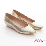 【effie】軟芯系列 金屬色壓紋羊皮楔型跟鞋(金)