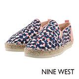 NINE WEST--運動風草編休閒鞋--粉藍小花