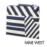 Nine West--不規則條紋手拿包--條紋藍