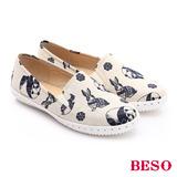 【BESO】 翻玩時尚生活 快樂動物紋花布休閒鞋(米)