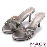 MAGY 優雅氣息無限蔓延 燙鑽造型高跟涼拖鞋-灰色