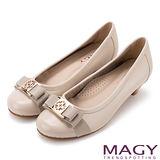 MAGY 舒適優雅 幸運草織帶蝴蝶結牛皮低跟鞋-米色