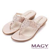 MAGY 優雅氣息無限蔓延 細緻水鑽簍空夾腳拖鞋-粉紅