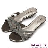 MAGY 優雅名媛 亮麗燙鑽低跟涼拖鞋-深灰
