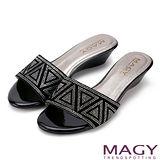 MAGY 優雅氣息 絨布幾何編排燙鑽涼拖鞋-黑色