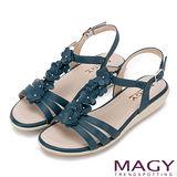 MAGY 甜美氛圍 皮革花朵造型厚底涼鞋-藍色