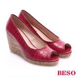 BESO 優雅極簡 壓紋真皮面魚口楔型鞋(桃紅)
