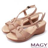 MAGY 簡約時尚風情 嚴選牛皮交叉造型坡跟涼鞋-可可
