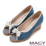 MAGY 玩味條紋元素 皮革蝴蝶結魚口楔型鞋-淺藍
