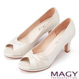 MAGY 玩味造型元素 雙皮質拼接高跟魚口鞋-米色
