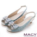 MAGY 甜美優雅 鞋身花型簍空牛皮魚口中跟鞋-淺藍