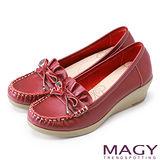 MAGY 舒適百搭 全真皮鞋面皺褶莫卡辛楔型跟鞋-紅色