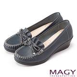 MAGY 舒適百搭 全真皮鞋面皺褶莫卡辛楔型跟鞋-深藍