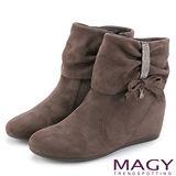 MAGY 甜美率性風 皺褶鑽飾造型內增高短靴-咖啡