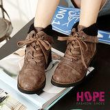 【HOPE】翻摺毛領綁帶內增高短靴-棕紅【K137C2989】