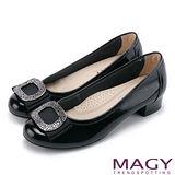 MAGY OL通勤專屬 鏡面牛皮水鑽方釦低跟鞋-黑色
