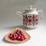 【Homely Zakka】午茶食光北歐紅花紋飾陶瓷壼(500ml)+木質三角點心碟(不挑款暖心組)
