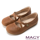 MAGY 舒適減壓款 真皮舒適通勤雕花平底鞋-咖啡