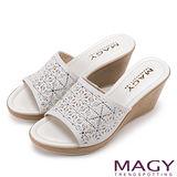 MAGY 優雅氣息無限蔓延 精緻貼鑽楔型涼拖鞋-白色