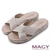 MAGY 休閒穿搭必備款 舒適柔軟燙鑽厚底拖鞋-粉紅