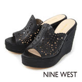 NINE WEST--雷射雕花草編厚底楔型涼拖鞋--經典黑