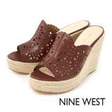 NINE WEST--雷射雕花草編厚底楔型涼拖鞋--率性咖