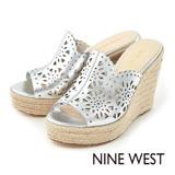 NINE WEST--雷射雕花草編厚底楔型涼拖鞋--魅力銀