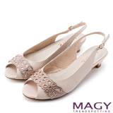 MAGY 優雅名媛 蔥布簍空燙鑽牛皮魚口低跟鞋-粉紅