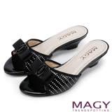 MAGY 時尚優雅名媛 真皮特殊編織面LOGO低跟涼拖鞋-黑色