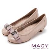 MAGY 舒適優雅 幸運草織帶蝴蝶結牛皮低跟鞋-粉色